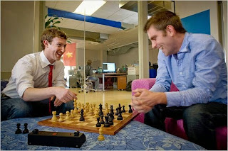 Mark Zuckerberg & Chris Cox (facebook) jouant aux échecs