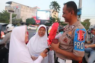 "E satu.com  ( Crb ) - Sejumlah ibu-ibu dari sebuah jamah pengajian dikota Cirebon berikan setangkai bunga kepada beberapa anggota Polisi yang sedang bertugas mengatur lalu menjelang berbuka puasa di salah satu ruas jalan di kota Cirebon. Sabtu ( 25 /05/2019)  Pemberian bunga sebagai tanda terimakasih masyarakat kepada Polisi yang selama ini telah menjalankan tugas dengan baik selama Pileg dan Pilpres 2019..  salah satu dari  ibu-ibu mengatakan ""Pemberian buket bunga sebagai wujud terima kasih mewakili masyarakat atas kinerja personil Polri selama pengamanan Pileg dan Pilpres 2019,"" katanya   Selain itu, lanjutnya polisi adalah bagian dari masyarakat. Polisi sudah berjuang untuk semua. ""Sebagai bentuk apresiasi kami melakukan aksi simpatik dalam bentuk pemberian buket bunga,"" ucapnya.  Kepala Polres Cirebon Kota, AKBP Roland Ronaldy menyampaikan terima kasih banyak atas perhatian dari masyarakat kepada personil Polri yang sedang bertugas.  ""Polri senang dan terima kasih ada yang memperhatikan kita, terus dapat dukungan dari masyarakat. Dukungan ini membuat Polri tetap semangat menjalankan tugas,"" katanya (Nm)"
