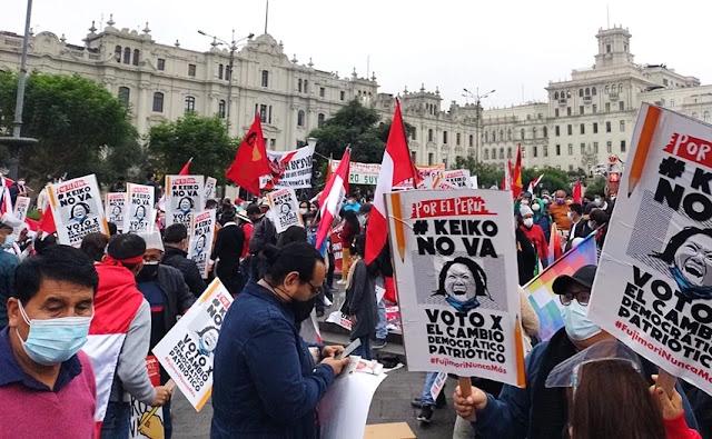 Miles de ciudadanos marcharon contra Keiko Fujimori