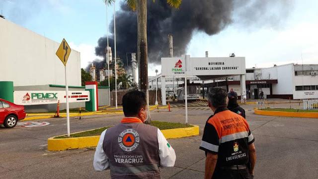 """Se registra incidente en la refinería """"Gral. Lázaro Cárdenas"""" en Minatitlán, siendo atendido por elementos de PEMEX. @PCEstatalVer Twitter"""