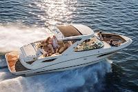 Denizde arkadaşlarla küçük tekne gezintisi