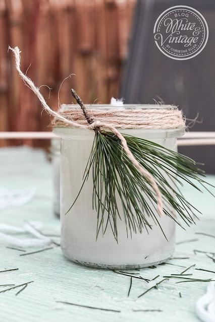 Kerze im Glas mit Kiefernnadeln-Quasten verzieren