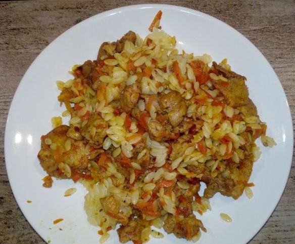 szynka z marchewka i makaronem ryzowym szynka smazona w kawalkach szynka duszona na patelni szynka z warzywami i makaronem