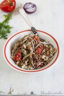 Salatka z kaszą gryczaną i wędzoną makrelą