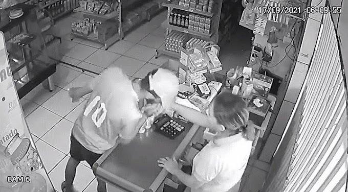 Assaltante beija a mão de atendente ao se despedir de assalto