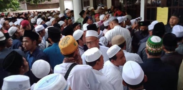 Kabar duka menyelimuti warga Probolinggo. Habib Jafar Ali Baharun, pengasuh Pondok Pesantren Attarbiyah Attijaniyah di Desa Brani Wetan, Kecamatan Maron, Kabupaten Probolinggo, tutup usia.