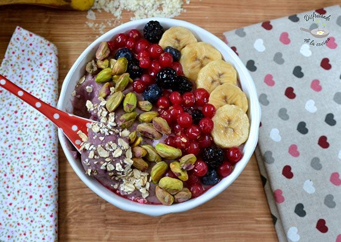 Smoothie bowl de frutos del bosque y avena (Receta fácil)