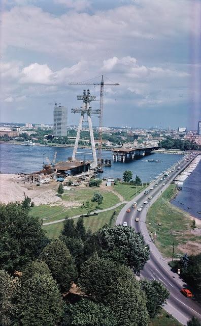 1980 год.Вид на строительство Горьковского моста. Рядом действующий пантонный мост.