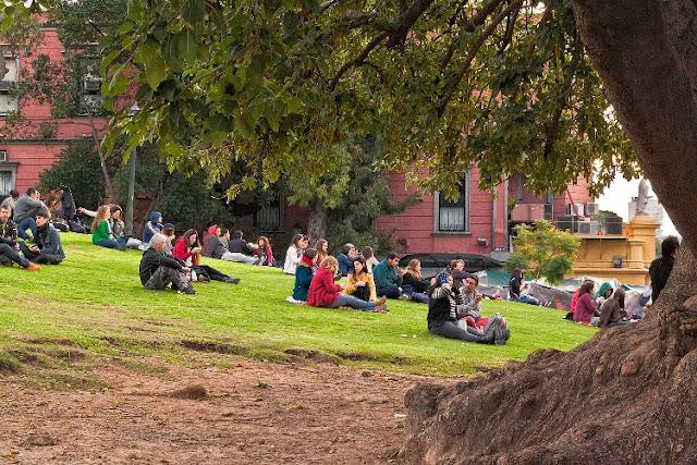 Personas tomando mate sentadas en el pasto en Recoleta
