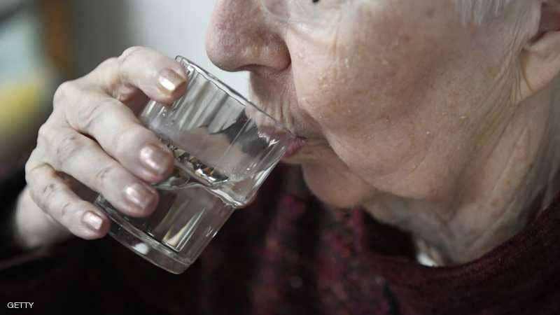 خطر شرب الماء واقفاً لكبار السن