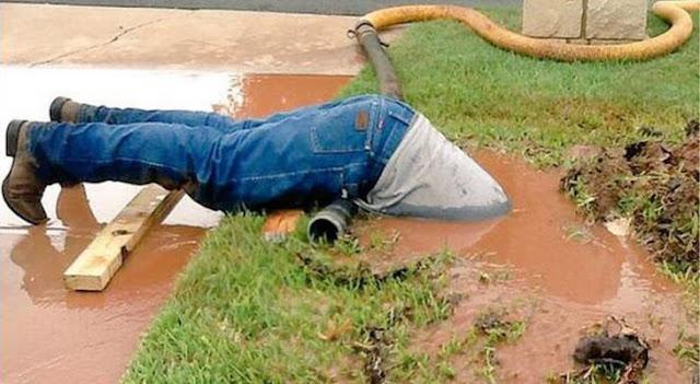 Fontanero se sumerge en el lodo, su fotografía se hace viral
