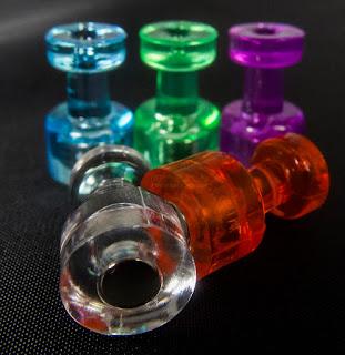 Chinchetas de imán de colores (fotografía de producto)