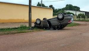 Motorista perde controle de carro e capota em via pública