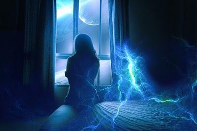 Femeie trista uitandu-se pe fereastra