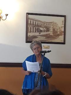 otra participante en tarde de poesía leyendo sus textos