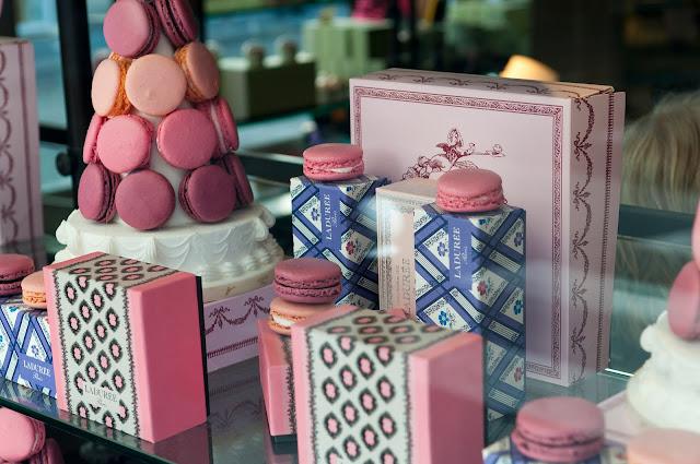 słynne różane makaroniki Ladurée w Paryżu
