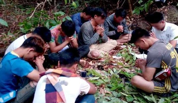 Cristianos de Laos oran en el bosque