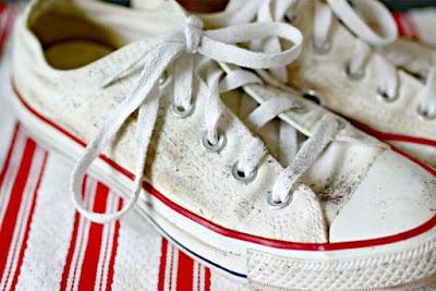 Bersihkan dahulu kotoran berlebih dari sepatu kanvas Anda.