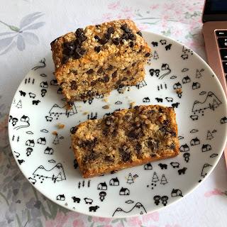 Part de cake aux flocons de quinoa et aux pépites de chocolat