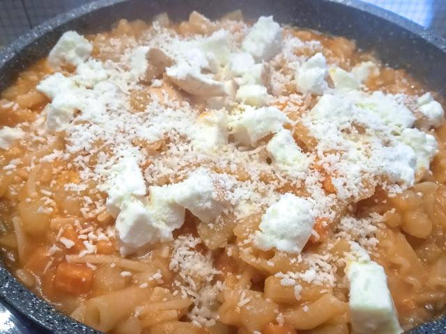Aggiunta nella pasta di scamorza affumicata e parmigiano grattugiato