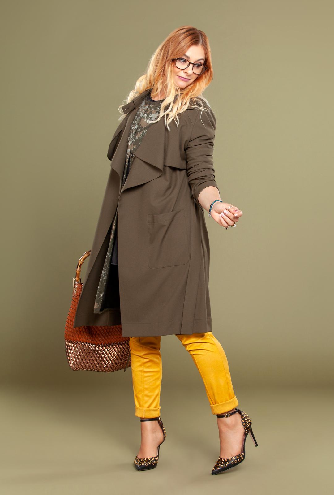 Channel 21, modischer Look mit Trenchcoat und Valentino Schuhe