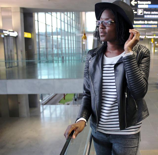 phelsley-pose-chapeau-aeroport-toulouse
