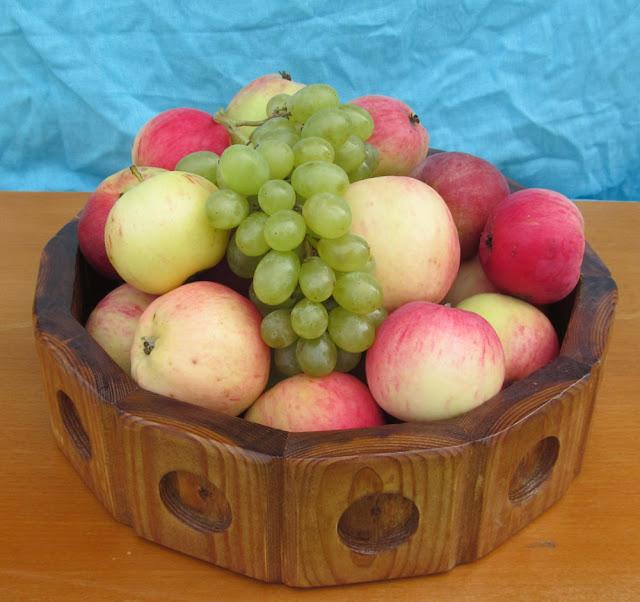 Деревянный поднос с фруктами