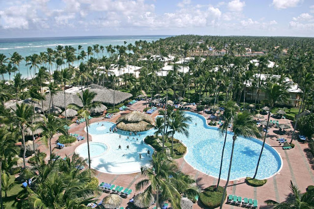 The Grand Palladium Palace Resort Spa & Casino is located on the seashore of the famous Bavaro Beach in Punta Cana. Its exotic landscape features a lush palm tree plantation, beautiful tropical plants and a 1 kilometer long beach with fine white sand and pristine turquoise waters.