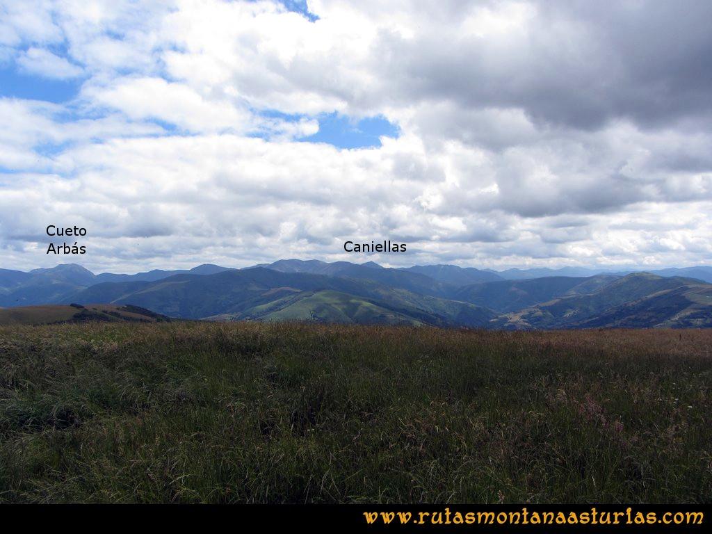 Ruta Cangas - Acebo: Vista del Cueto Arbás y Caniellas desde el Alto del Acebo
