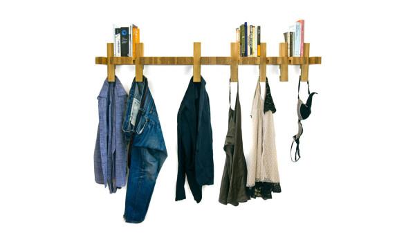 Repisa de madera y colgador de ropa