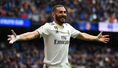 Karim benzema celebrando un gol con las manos abiertas