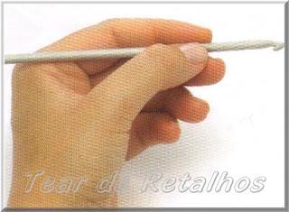 Foto mostrando uma pessoa canhota segurando a agulha de crochê com a mão esquerda no estilo caneta.
