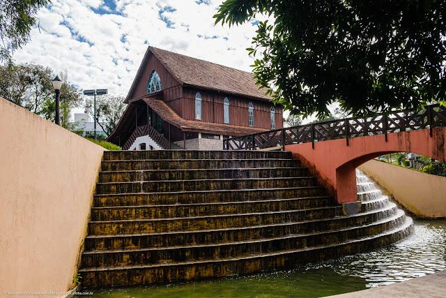 Cachoeira no Córrego da Serraria com o Oratório Bach ao fundo