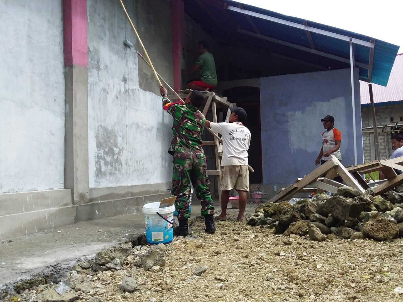 Babinsa Koramil 1312-05/Essang Bantu Warga Mengecat Kantor Desa