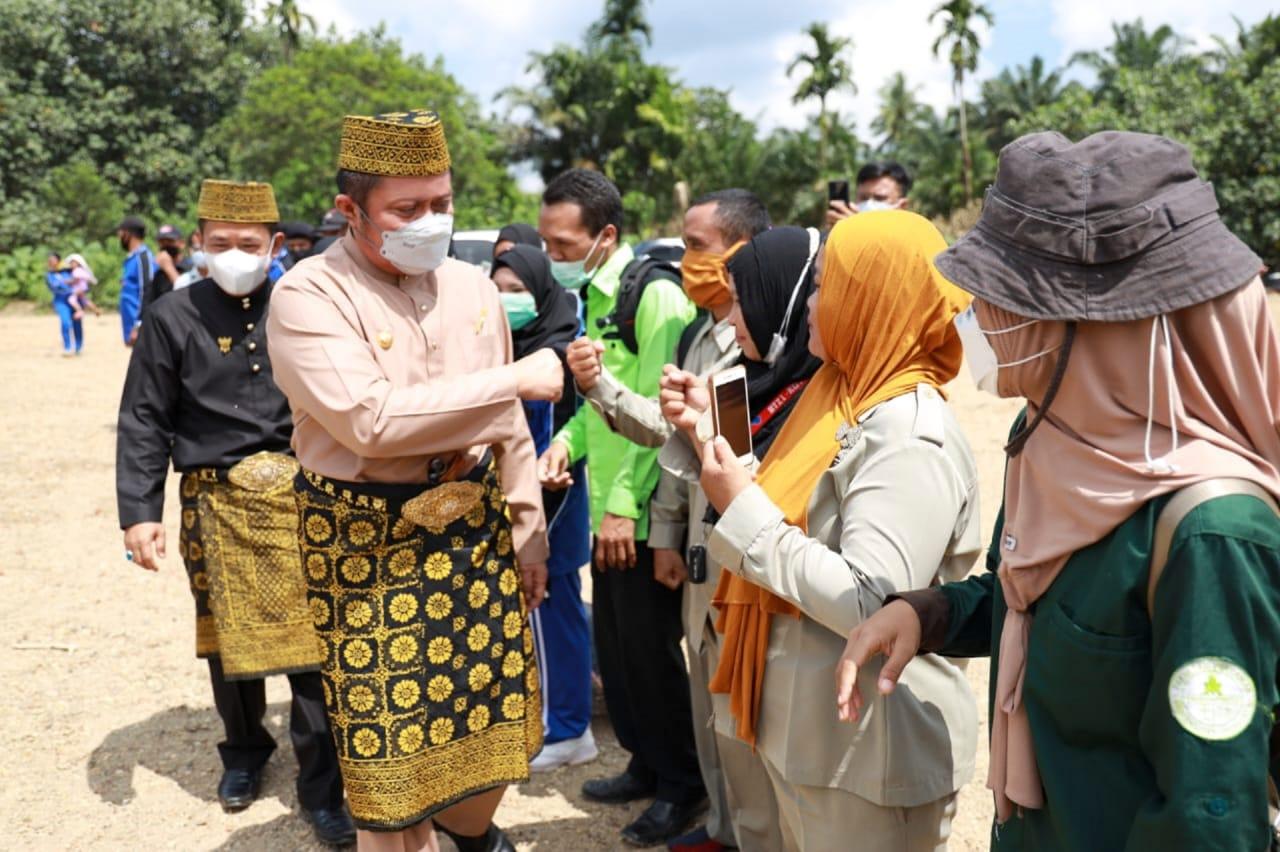 Gubernur Sumsel Herman Deru bersama wakil Bupati Inayatullah saat tiba dilokasi pelepasan bibit ikan. (Poto/Ist)