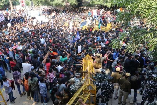 प्रदर्शन कर रहे जेएनयू छात्रों को पुलिस ने हटाया, दिल्ली में कई जगहों पर लगा भारी जाम