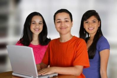 Tres estudiantes con una laptop mirando al frente