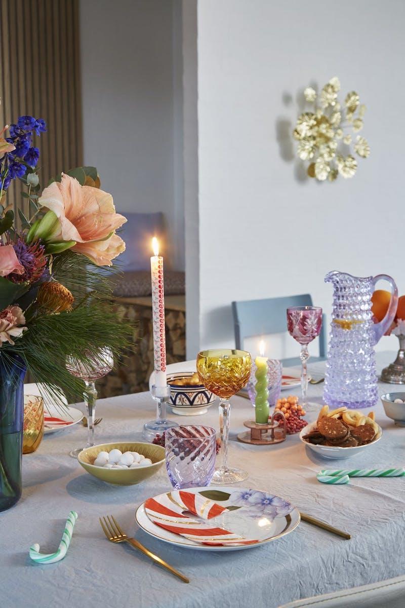 Mesa navideña con adornos reciclados