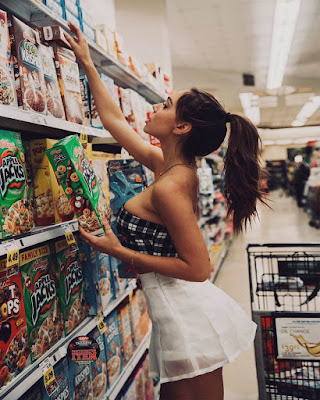 chica tumblr en el supermercado escogiendo cereal