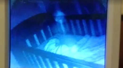 Madre graba 'fantasma' sobre la cuna de su bebé