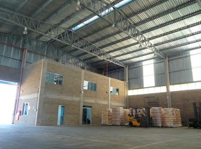 A austeridade impera nos acabamentos internos da área de operações, com instalações parcialmente aparentes e blocos de concreto sem revestimentos.