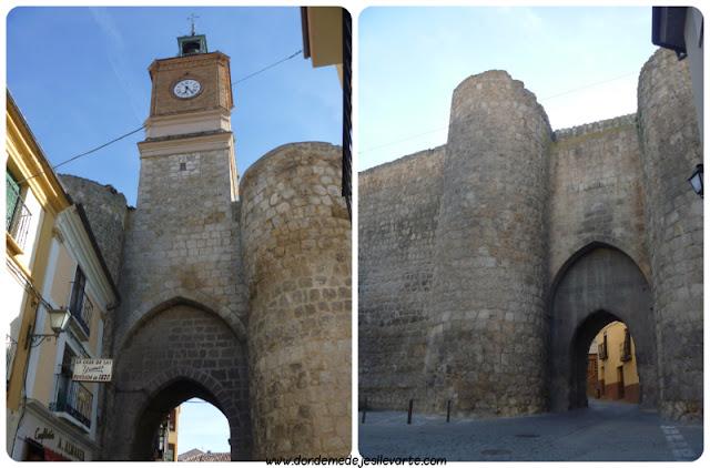 A la izquierda, la Puerta de la Villa. A la derecha, la de Herreros