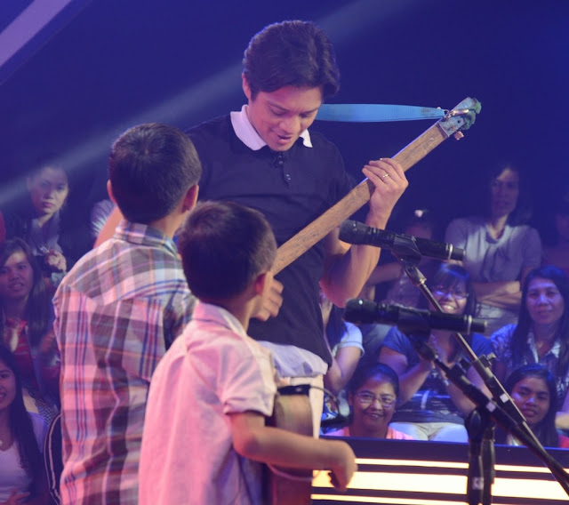 Coach Bamboo learns to play diwdiw on 'Voice Kids'