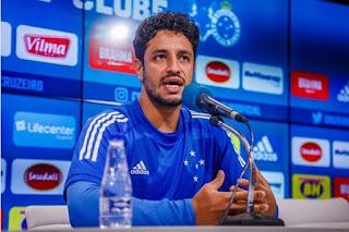 Jogador permanece no clube em um dos momentos de maior crise de um clube na história do futebol brasileiro