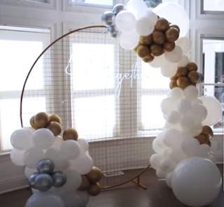 Hintergrund Dekoration für den Brauttisch aus Luftballons.