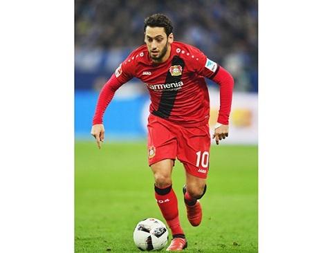Hakan Calhanoglu có khả năng chơi được bóng bằng cả 2 chân.
