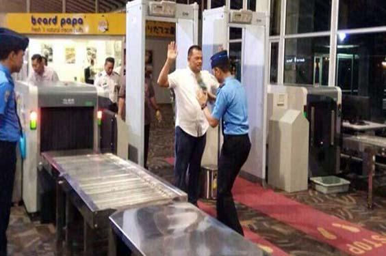 Jendral Gatot Memberikan Contoh di Bandara Kepada Anggota TNI Yang Arogan