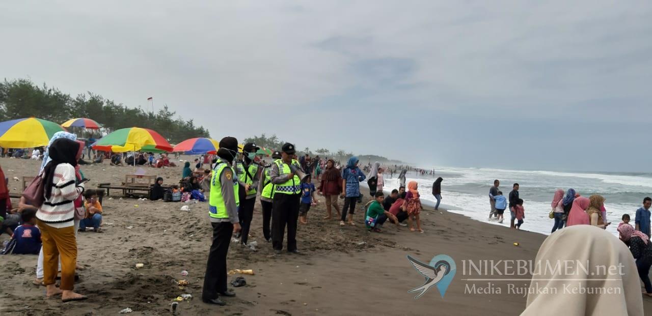 Pantai di Kebumen Diterjang Gelombang Pasang, Wisatawan Diminta Waspada