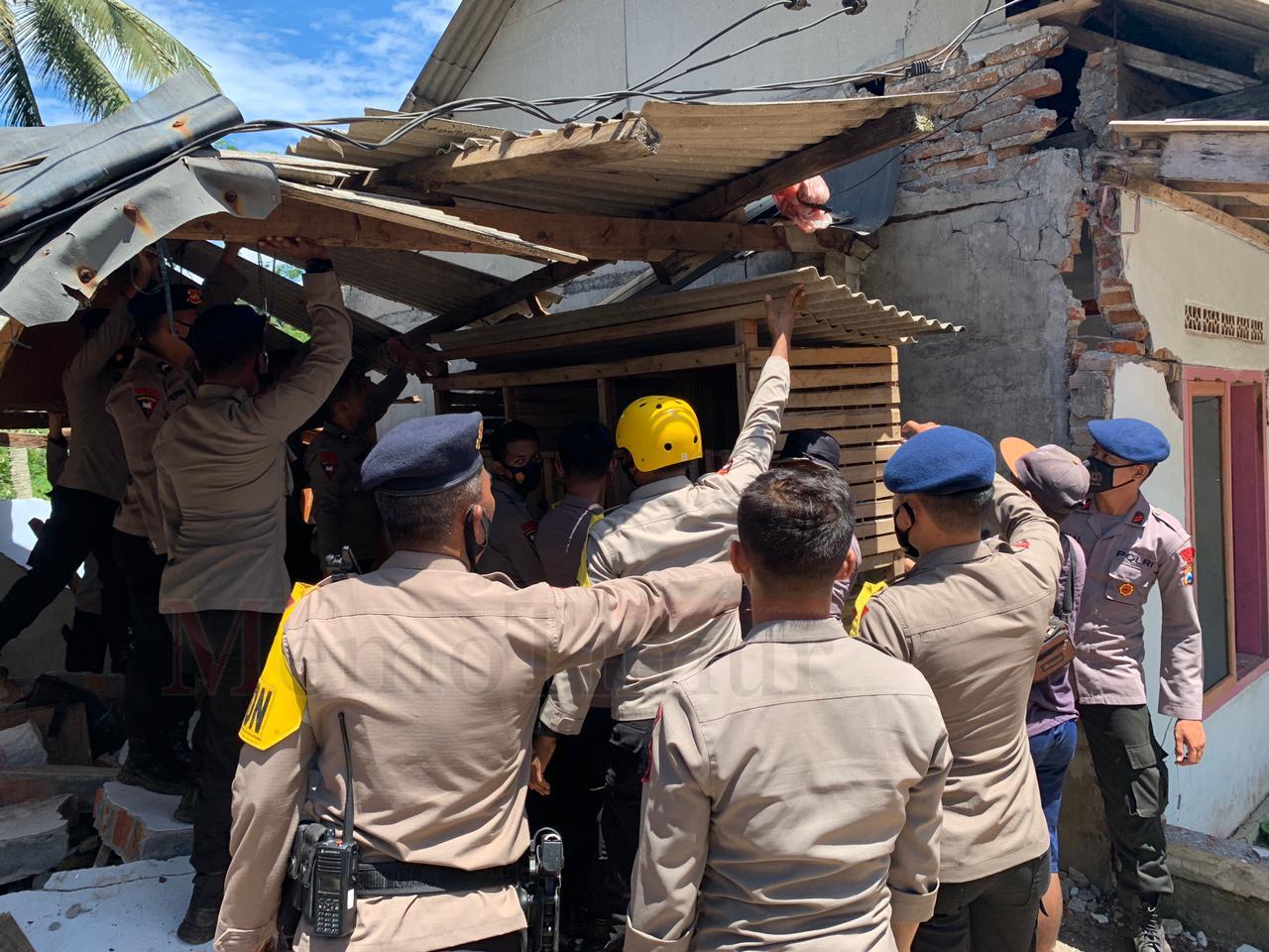 Brimob Polda Jatim Bantu Bersihkan Puing Bangunan di Desa Kaliuling