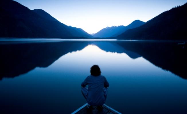 Человек у озера на рассвете